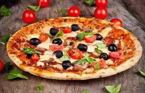 پیتزا با پنیز پارمسان روی آن