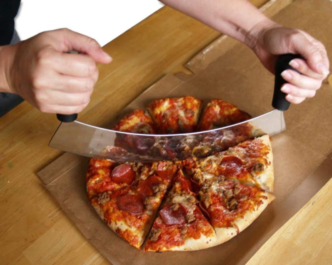 پیتزا بر تک تیغ دو دسته